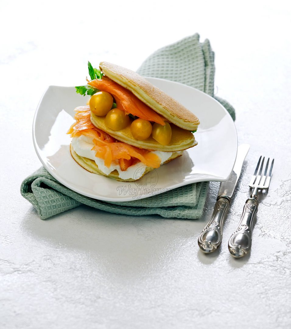 Pancake salati al salmone pomodorini e crema di formaggio caprino